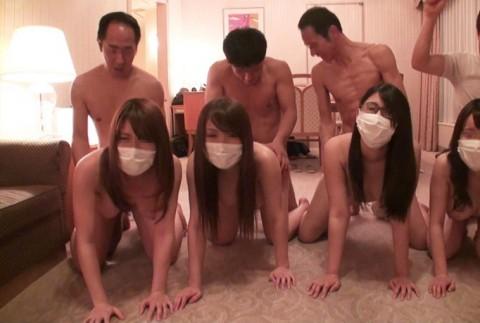 【画像】女を一列に並べて順番にマ●コを堪能していく超裏山プレイwwwwwwwwwwwwwww(25枚)・4枚目