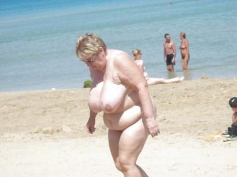 【画像24枚】ヌーディストビーチで全裸になってるポチャ女を貼ってくからアウトかセーフか判定してくれwwwwwwwwww・2枚目