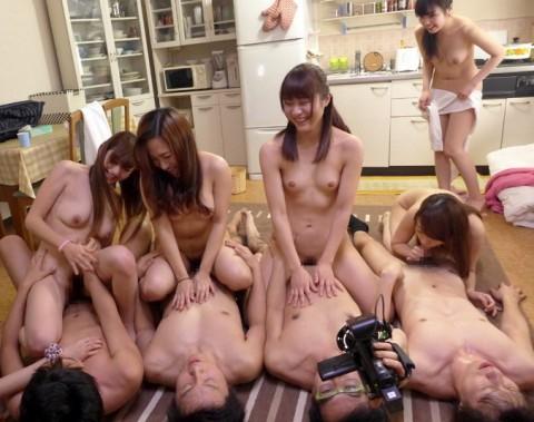 【画像】女を一列に並べて順番にマ●コを堪能していく超裏山プレイwwwwwwwwwwwwwww(25枚)・6枚目