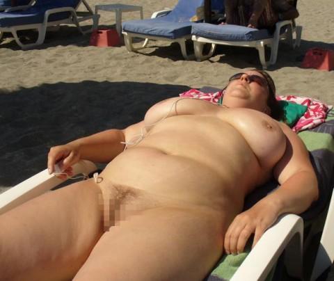 【画像24枚】ヌーディストビーチで全裸になってるポチャ女を貼ってくからアウトかセーフか判定してくれwwwwwwwwww・4枚目