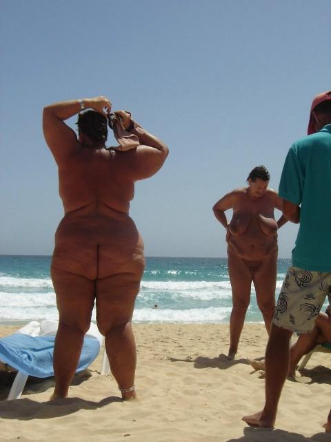 【画像24枚】ヌーディストビーチで全裸になってるポチャ女を貼ってくからアウトかセーフか判定してくれwwwwwwwwww・5枚目