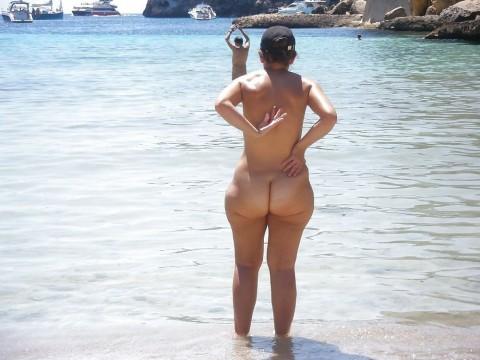 【画像24枚】ヌーディストビーチで全裸になってるポチャ女を貼ってくからアウトかセーフか判定してくれwwwwwwwwww・6枚目