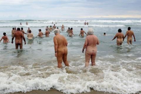 【画像24枚】ヌーディストビーチで全裸になってるポチャ女を貼ってくからアウトかセーフか判定してくれwwwwwwwwww・7枚目