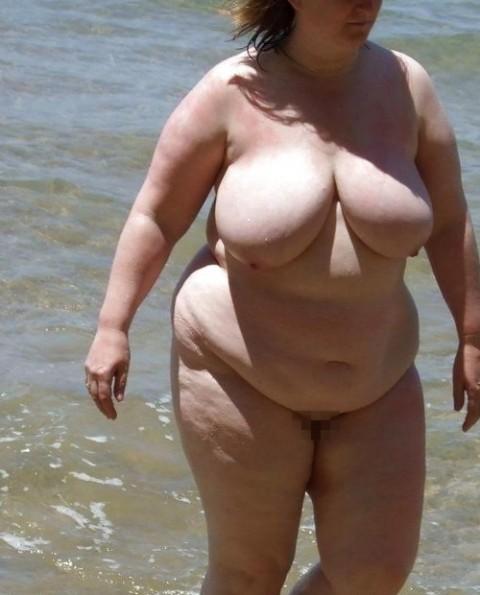 【画像24枚】ヌーディストビーチで全裸になってるポチャ女を貼ってくからアウトかセーフか判定してくれwwwwwwwwww・9枚目