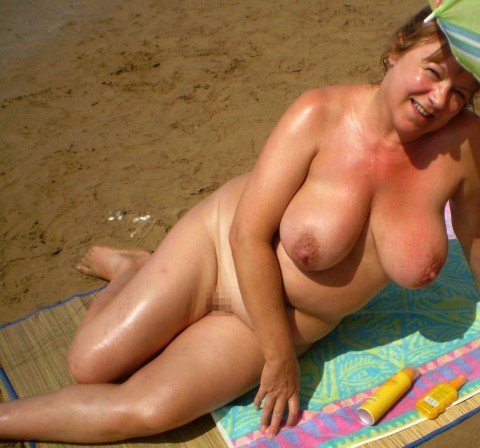 【画像24枚】ヌーディストビーチで全裸になってるポチャ女を貼ってくからアウトかセーフか判定してくれwwwwwwwwww・12枚目