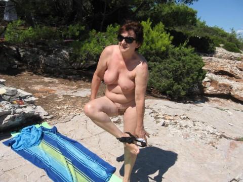 【画像24枚】ヌーディストビーチで全裸になってるポチャ女を貼ってくからアウトかセーフか判定してくれwwwwwwwwww・13枚目