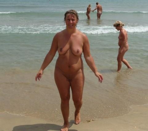 【画像24枚】ヌーディストビーチで全裸になってるポチャ女を貼ってくからアウトかセーフか判定してくれwwwwwwwwww・15枚目