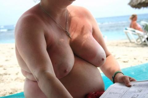 【画像24枚】ヌーディストビーチで全裸になってるポチャ女を貼ってくからアウトかセーフか判定してくれwwwwwwwwww・16枚目