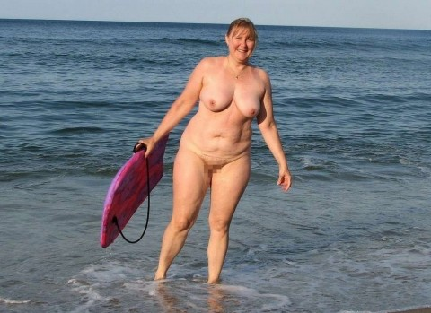 【画像24枚】ヌーディストビーチで全裸になってるポチャ女を貼ってくからアウトかセーフか判定してくれwwwwwwwwww・17枚目