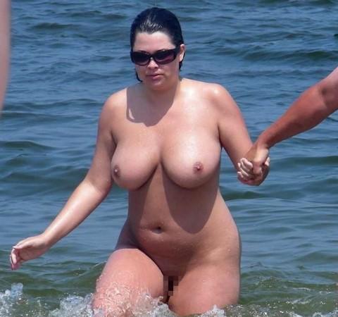 【画像24枚】ヌーディストビーチで全裸になってるポチャ女を貼ってくからアウトかセーフか判定してくれwwwwwwwwww・18枚目