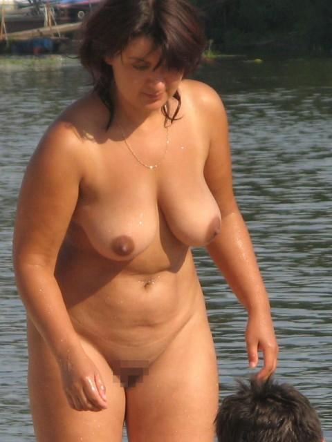 【画像24枚】ヌーディストビーチで全裸になってるポチャ女を貼ってくからアウトかセーフか判定してくれwwwwwwwwww・20枚目