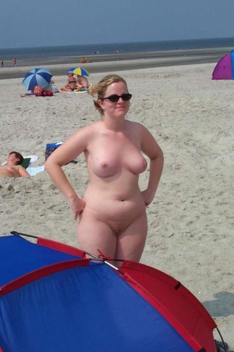 【画像24枚】ヌーディストビーチで全裸になってるポチャ女を貼ってくからアウトかセーフか判定してくれwwwwwwwwww・21枚目
