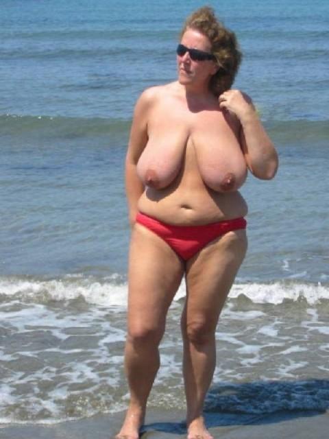 【画像24枚】ヌーディストビーチで全裸になってるポチャ女を貼ってくからアウトかセーフか判定してくれwwwwwwwwww・22枚目