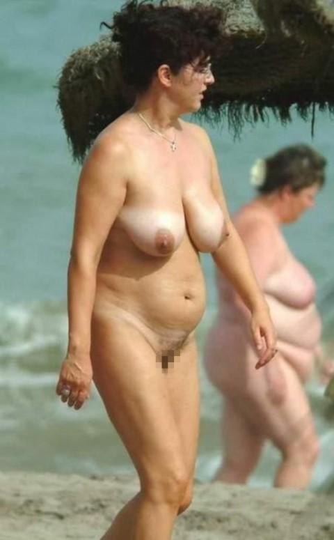 【画像24枚】ヌーディストビーチで全裸になってるポチャ女を貼ってくからアウトかセーフか判定してくれwwwwwwwwww・23枚目