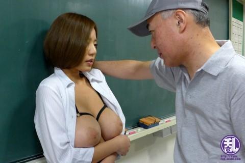 【屈辱】ホルスタインみたいな爆乳女性教師、用務員のオッサンに調教される・・・(※画像あり)・7枚目