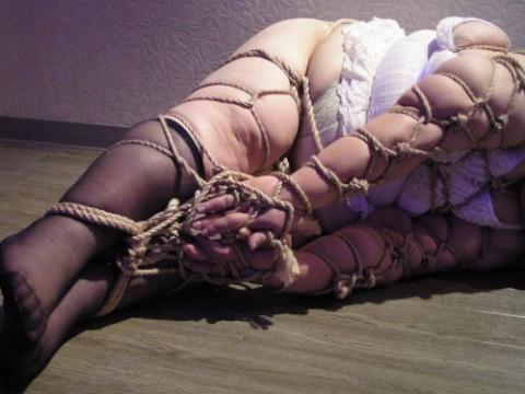 【画像22枚】縛られて無様なハムになってる女たちをご覧くださいwwwwwwwwwwwww・1枚目
