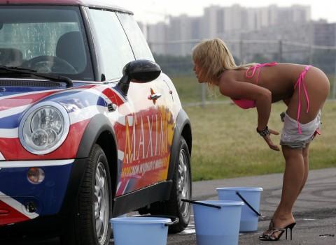 海外のセクシーな恰好で洗車する謎文化wwwwwwwwwwwww(画像27枚)・24枚目