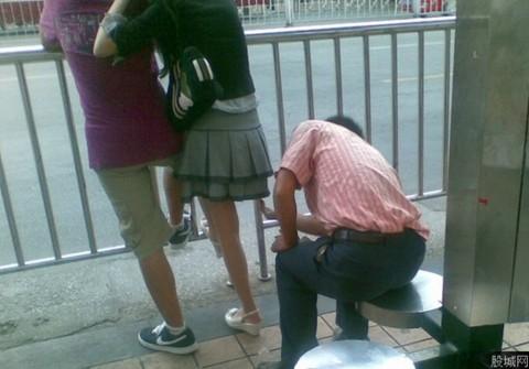 【画像】街で逆さ撮りパンチラを激写!!!!!してるやつを激写wwwwwwwwwwwww・4枚目