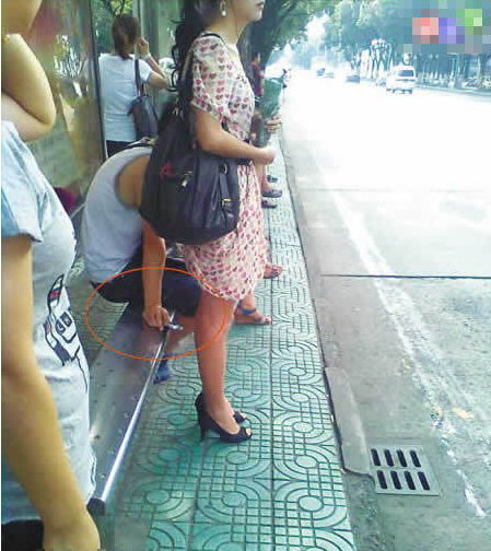 【画像】街で逆さ撮りパンチラを激写!!!!!してるやつを激写wwwwwwwwwwwww・10枚目