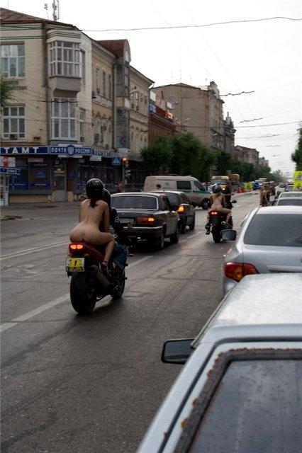 """【露出狂】この """"バイカー"""" を見た運転手の中で確実に一台は事故ってるだろう・・・(画像)・4枚目"""