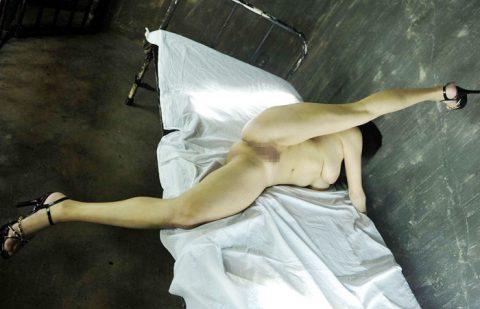 このポーズできる女のオマンコをノーモザイクで見たいと思ってる奴、童貞決定wwwwwwwwwwww(画像24枚)・1枚目