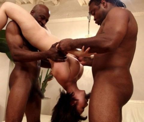 【画像あり】黒人と3Pした日本人女はたいていこの体位をさせられる件wwwwwwwwwwwwww・14枚目