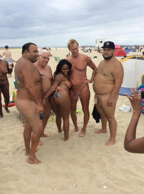 【ドン引き】ヌーディストビーチでのオフザケがすぎる女の子たち(画像24枚)・16枚目