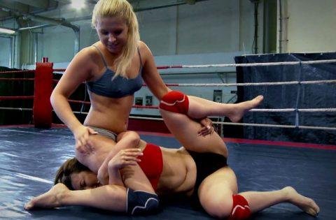 【※画像あり】リングの上で強気な女子レスラーを辱めてる画像がボッキ不可避な件wwwwwwwwww・3枚目