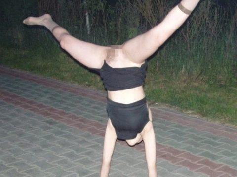 【当たり前体操♬】スカート女子に逆立ちさせたら・・・丸見えwwwwwwwwww(画像20枚)・1枚目