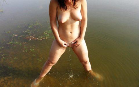 【ドン引き】海やプールでオシッコする女wwwwwwwwwww(画像あり)・7枚目