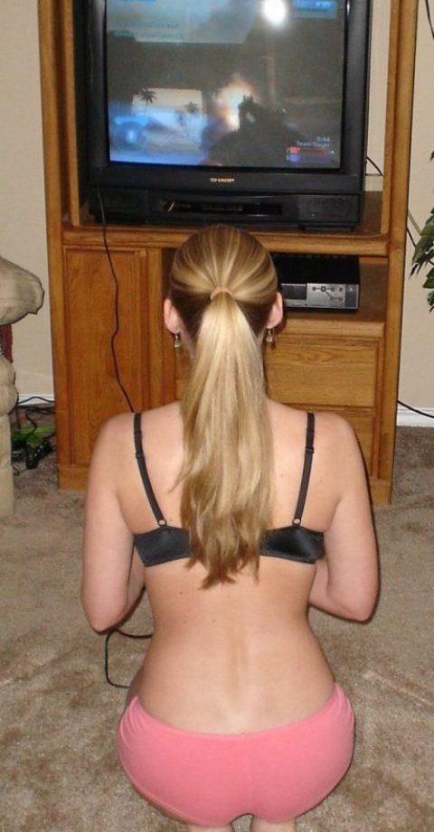 【画像あり】彼女が服着るのも忘れてゲームに没頭してるんだがwwwwwwwwwwwwwww・10枚目