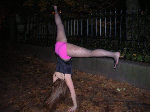【当たり前体操♬】スカート女子に逆立ちさせたら・・・丸見えwwwwwwwwww(画像20枚)・10枚目