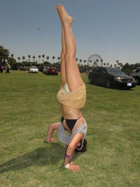 【当たり前体操♬】スカート女子に逆立ちさせたら・・・丸見えwwwwwwwwww(画像20枚)・11枚目