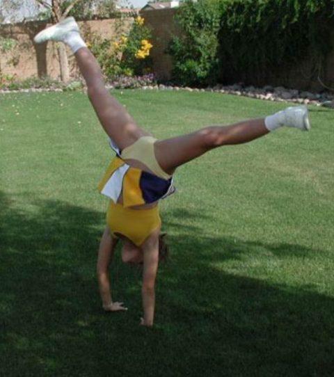 【当たり前体操♬】スカート女子に逆立ちさせたら・・・丸見えwwwwwwwwww(画像20枚)・12枚目