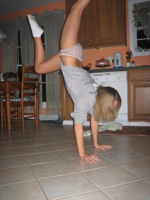 【当たり前体操♬】スカート女子に逆立ちさせたら・・・丸見えwwwwwwwwww(画像20枚)・13枚目