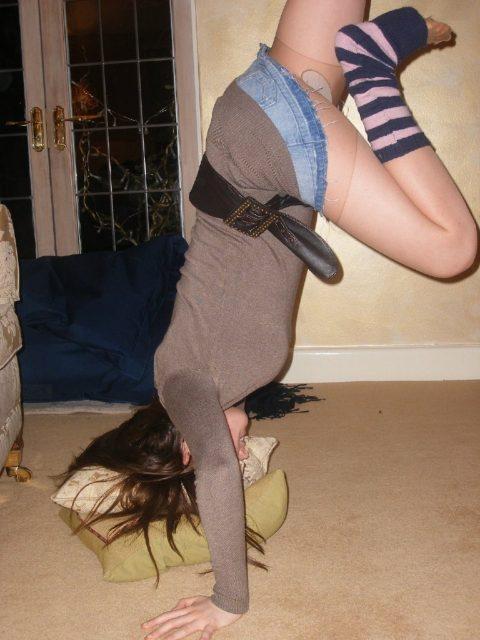 【当たり前体操♬】スカート女子に逆立ちさせたら・・・丸見えwwwwwwwwww(画像20枚)・14枚目