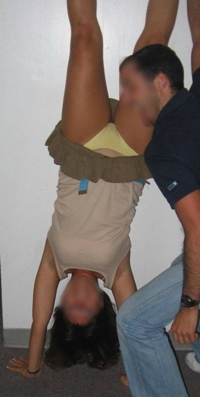 【当たり前体操♬】スカート女子に逆立ちさせたら・・・丸見えwwwwwwwwww(画像20枚)・15枚目