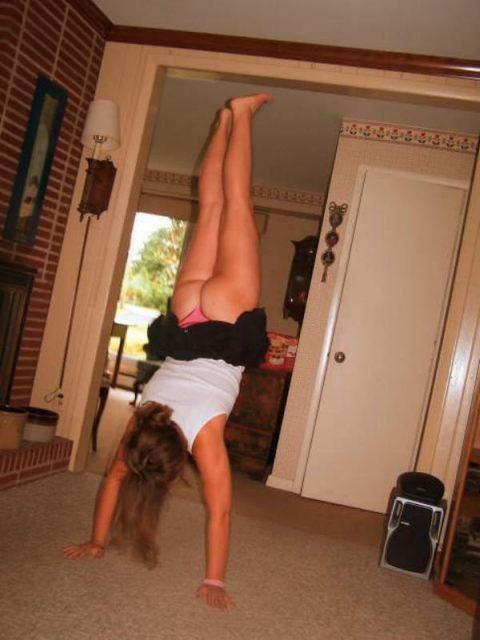 【当たり前体操♬】スカート女子に逆立ちさせたら・・・丸見えwwwwwwwwww(画像20枚)・16枚目