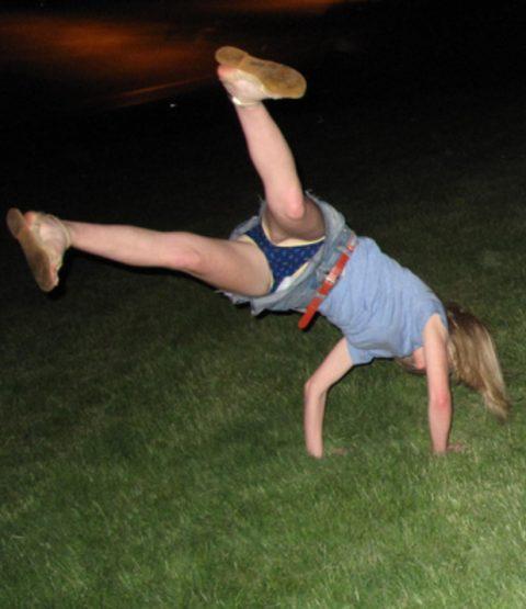 【当たり前体操♬】スカート女子に逆立ちさせたら・・・丸見えwwwwwwwwww(画像20枚)・17枚目