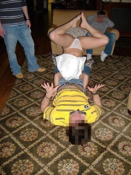 【当たり前体操♬】スカート女子に逆立ちさせたら・・・丸見えwwwwwwwwww(画像20枚)・18枚目