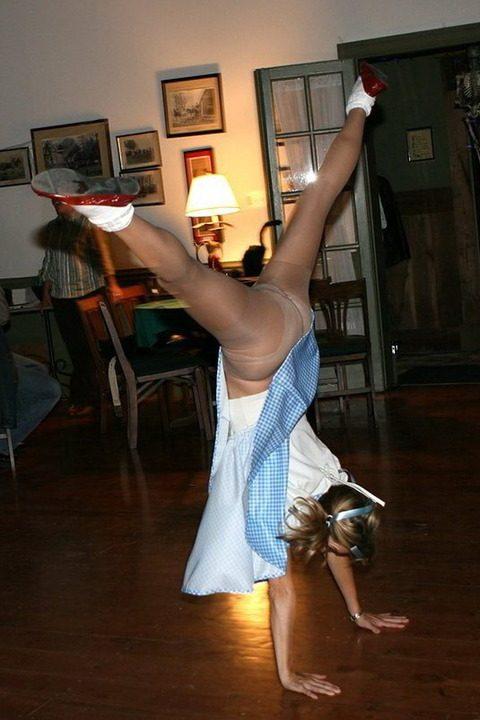 【当たり前体操♬】スカート女子に逆立ちさせたら・・・丸見えwwwwwwwwww(画像20枚)・2枚目