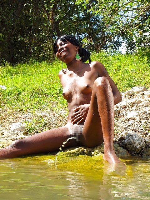 【ドン引き】海やプールでオシッコする女wwwwwwwwwww(画像あり)・19枚目