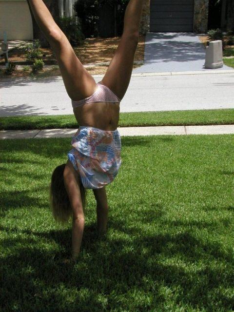 【当たり前体操♬】スカート女子に逆立ちさせたら・・・丸見えwwwwwwwwww(画像20枚)・3枚目