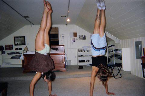 【当たり前体操♬】スカート女子に逆立ちさせたら・・・丸見えwwwwwwwwww(画像20枚)・4枚目