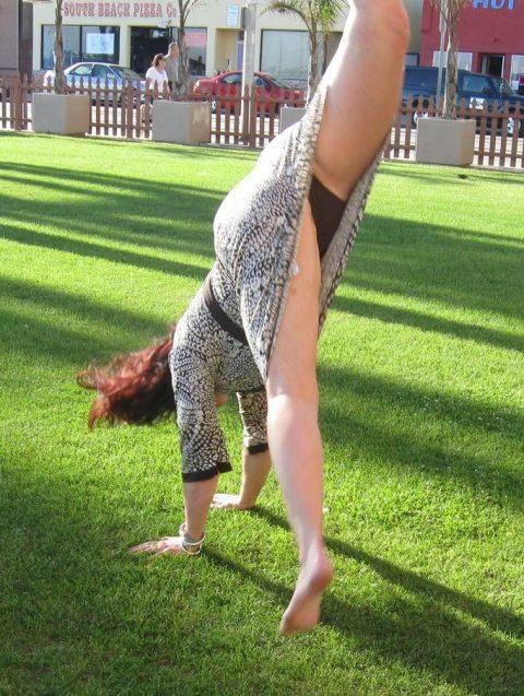 【当たり前体操♬】スカート女子に逆立ちさせたら・・・丸見えwwwwwwwwww(画像20枚)・5枚目