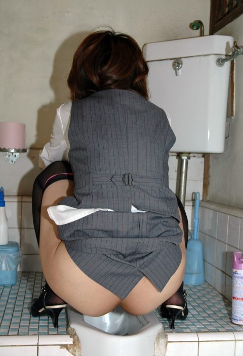 【画像】和式便所で放尿する女性をいろんな角度から見てみるとかいうド変態スレ(20枚)・8枚目