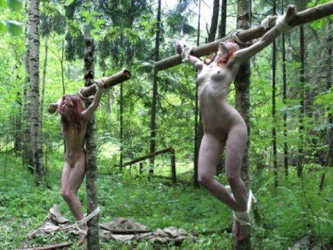 【画像20枚】野外調教用に飼われてる最下層女の扱いが悲惨すぎる・・・・・・・・・1枚目