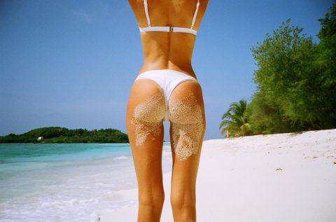 【画像】ビーチで砂まみれになったお尻を見ながら過行く夏を惜しむスレ・・・(28枚)・4枚目