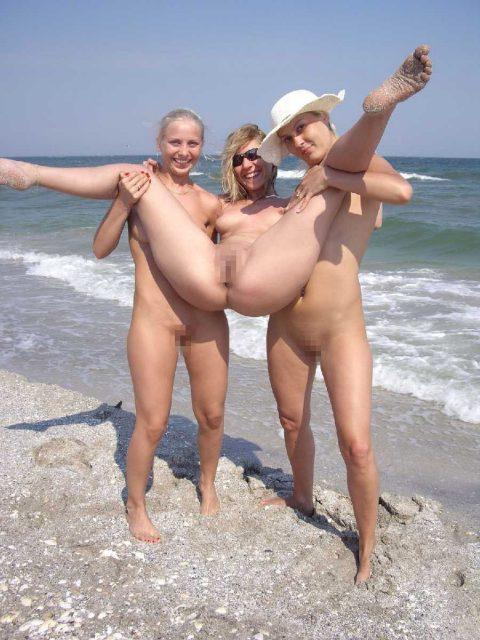 【画像あり】「ビーチで全裸で逆立ちしてマ●コパッカーン」とかしてる女なんているはずが・・・イターーーーーーーーーーーーーーーーー!!!!!!!・5枚目
