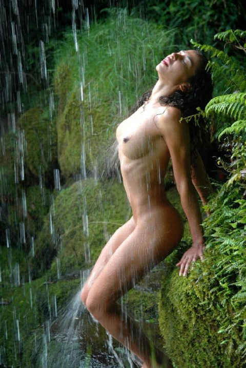 【画像24枚】最近、自然の滝の下に高確率で現れるという「全裸de滝行女子」をご覧くださいwwwwwwwwwwwww・6枚目